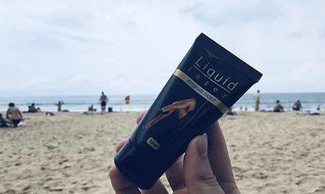 Средство Жидкий лазер для волос на фоне моря