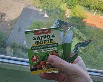 Упаковка и саше биоудобрения Агрофорте в руке